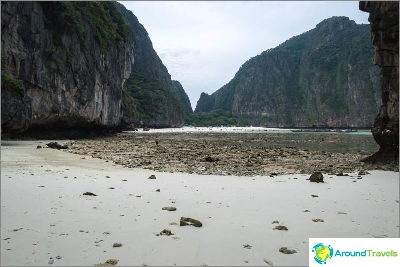 Oikealla (merelle päin) on pieni ranta