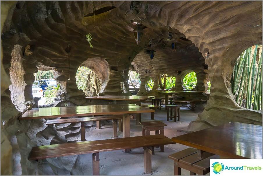 Kahvila luolaympäristöllä