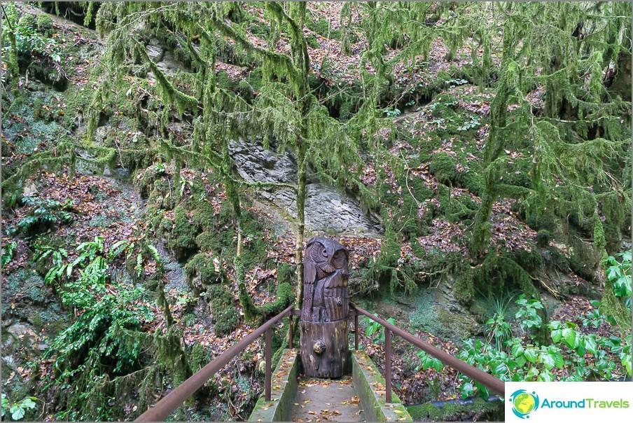 Sisäänkäynnin lähellä on useita puisia hahmoja.
