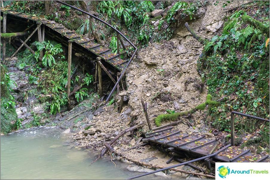 Voimakas sade aiheutti maanvyöryn