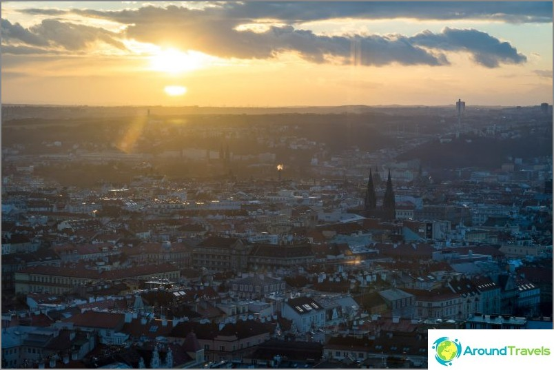 Näkymät auringonlaskuun Prahan tornista