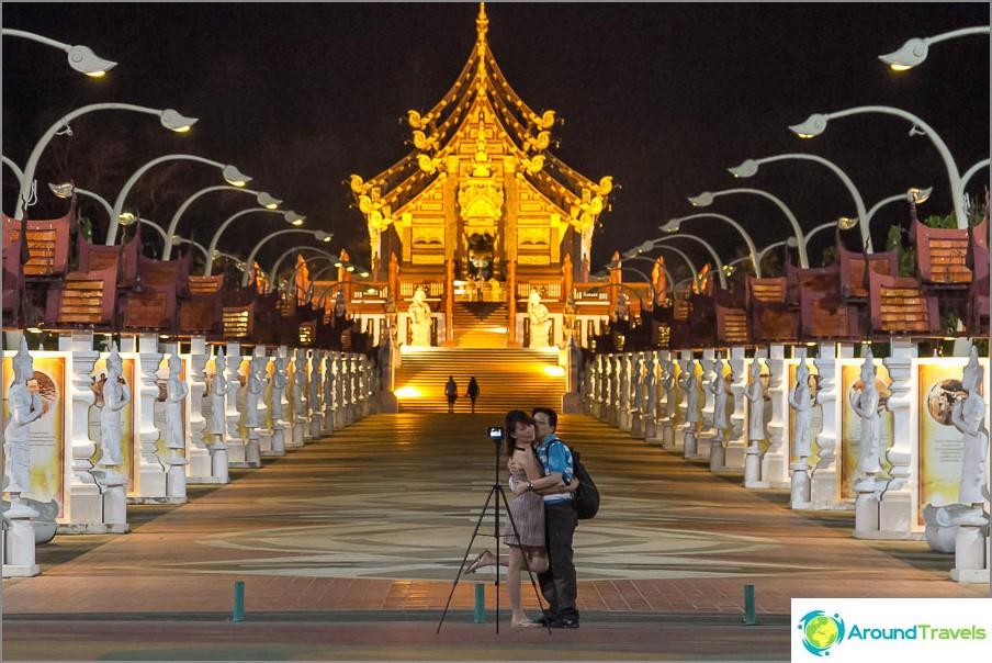 Yöllä temppeli näyttää erittäin romanttiselta
