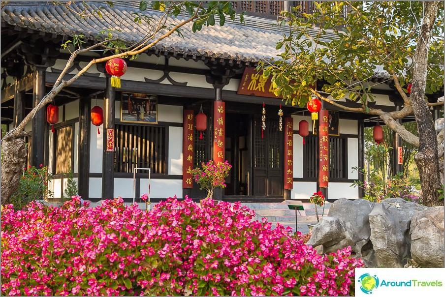 Kiinalainen rakennus, jota ympäröivät kivet ja bonsai