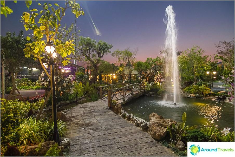 Royal Park Rajapruek illalla
