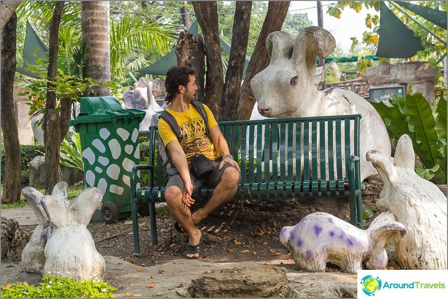 Istut penkillä ja sitten kerran valtava kani, jolla on punaiset silmät