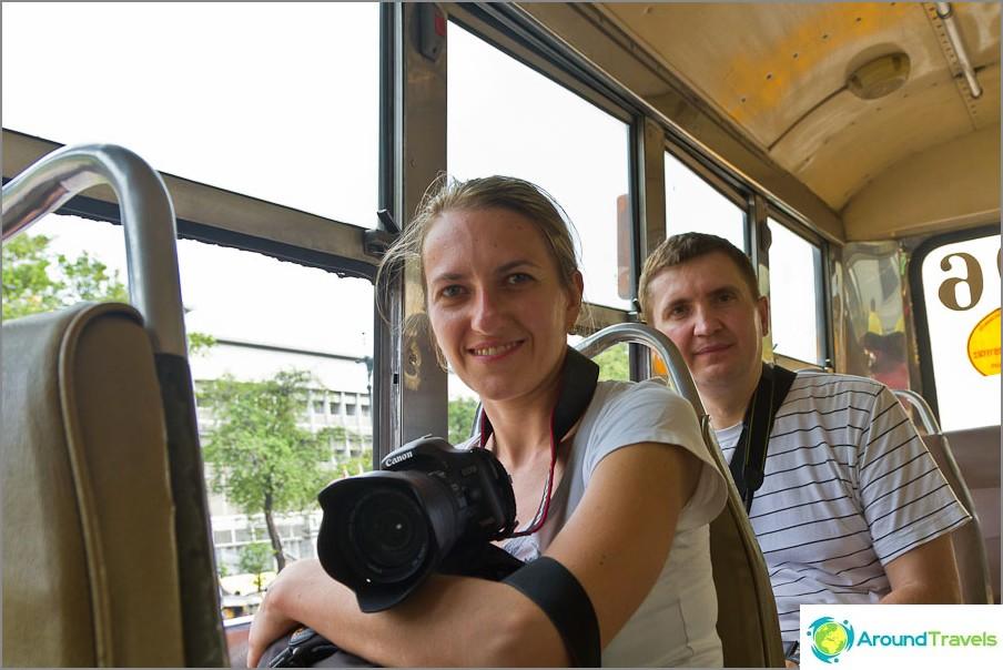 Kuljetamme bussilla avoimilla ikkunoilla, missä turisteja on harvoin