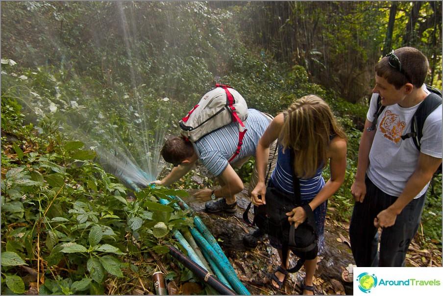 Rikkoimme putken lähellä yhtä vesiputousta ja yritämme korjata sen.