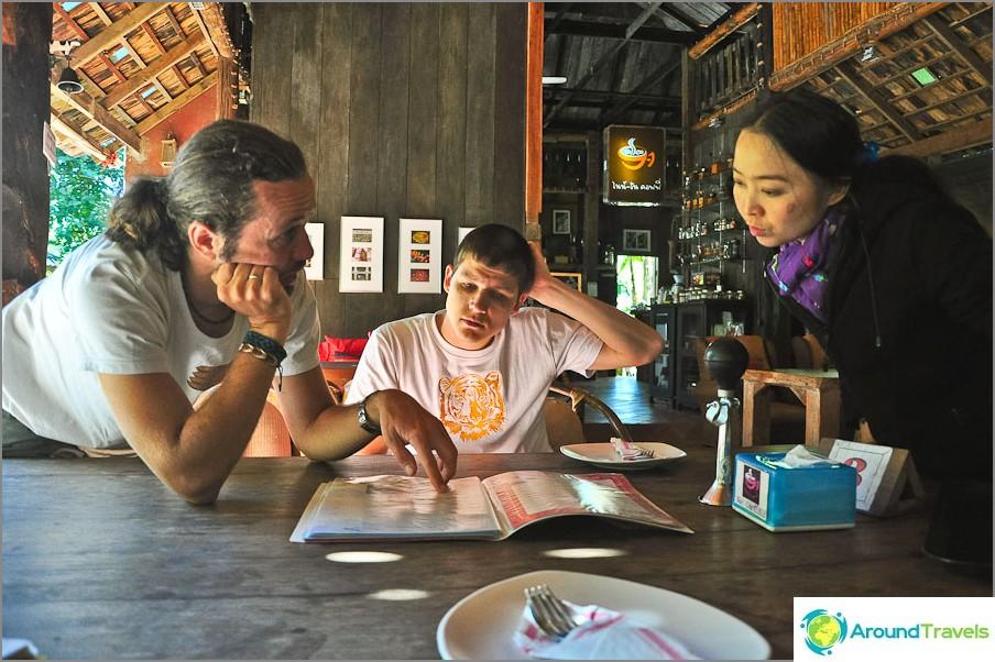 Yritetään tilata jotain kahvilasta tietämättä thaimaa