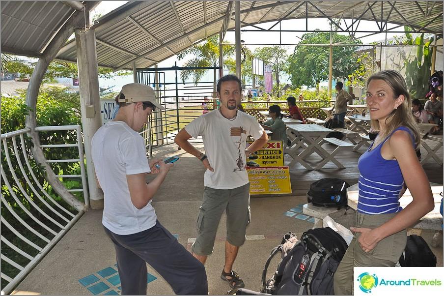 Vaikea siirto Chiang Maista Koh Changiin - odottaa lautalla saarelle