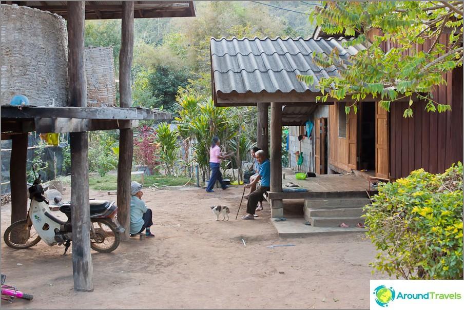 Pieni thaimaalainen kylä