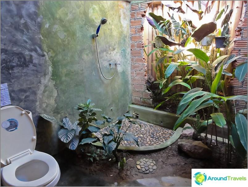 Yhdessä kahvilassa alkuperäinen wc murtuneella seinällä
