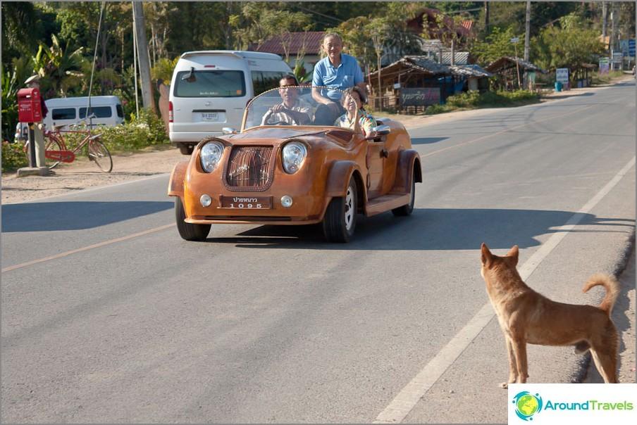 Дървените автомобили карат по пътищата