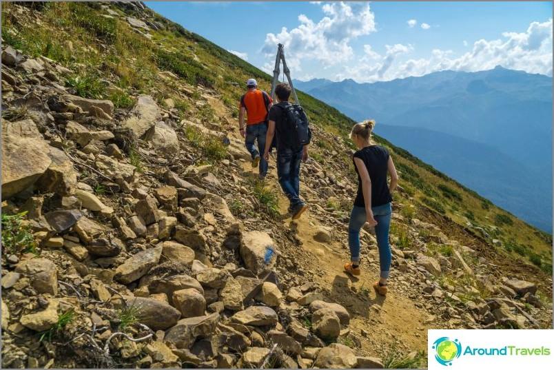 Eco kävelee vuoristopolkuja pitkin