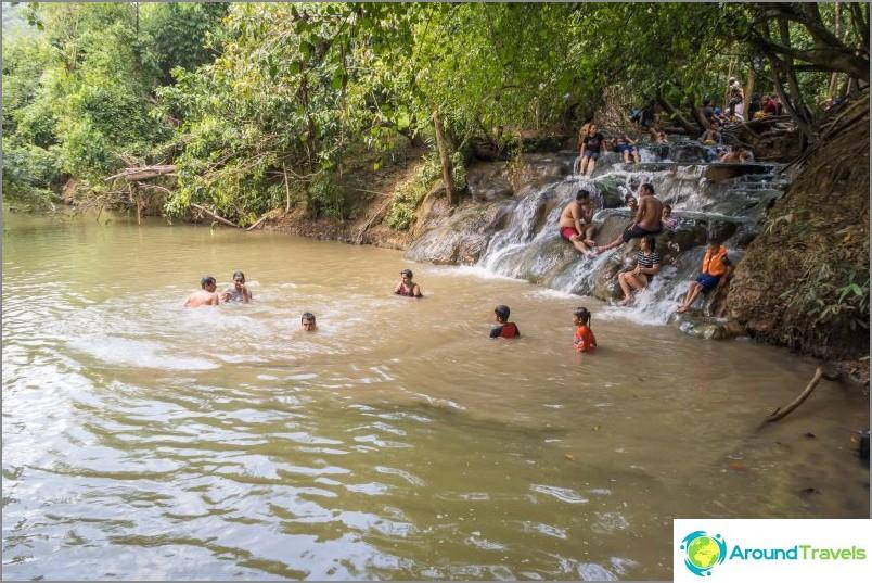 Vesi virtaa jokeen, jonka pohjasta myös kuumia virtauksia hajoaa paikoin