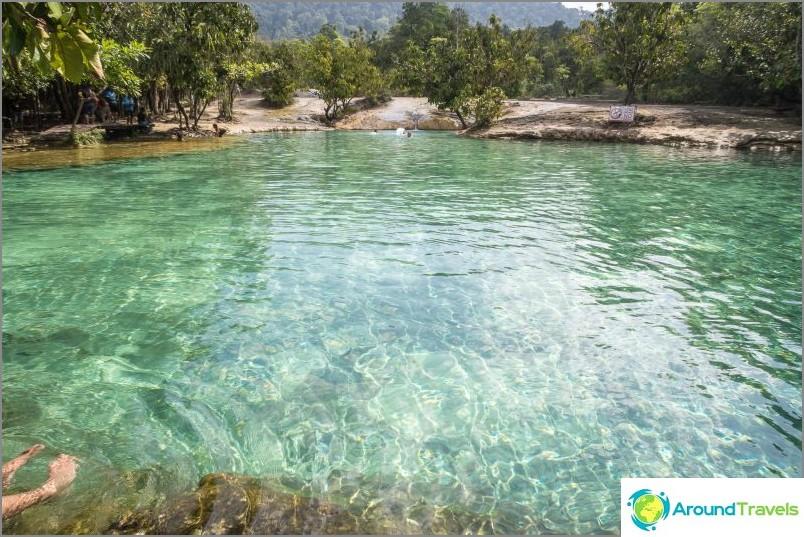 Emerald Lake, alias Emerald Pool. Syvyys on noin 1,5 metriä. Ympärillä olevat kivet ovat epärealistisesti liukkaita
