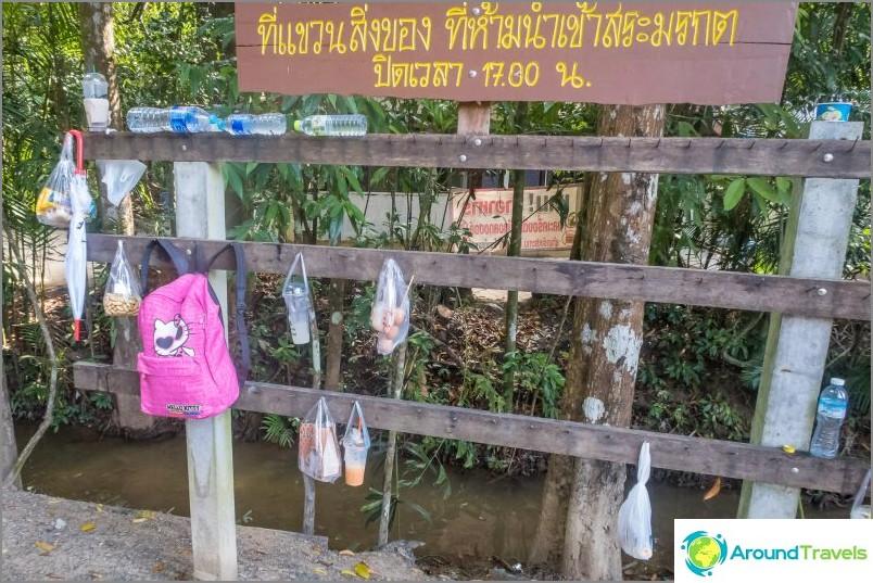Varasto on kielletty. Sisäänkäynnin aikana otetaan ruoka- ja muovipulloja.