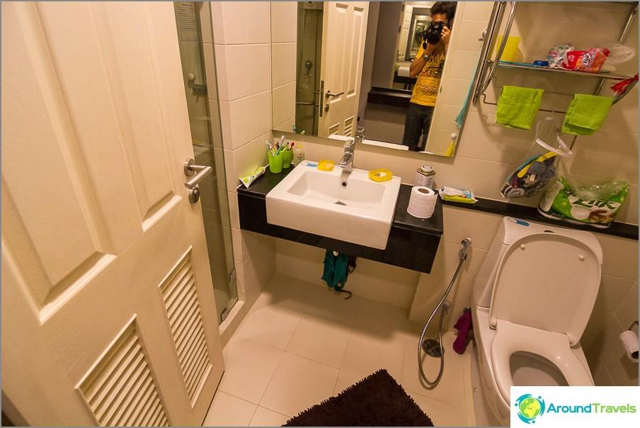 Kylpyhuone - sisäänkäynnin ovi sulkee suihkun sisäänkäynnin
