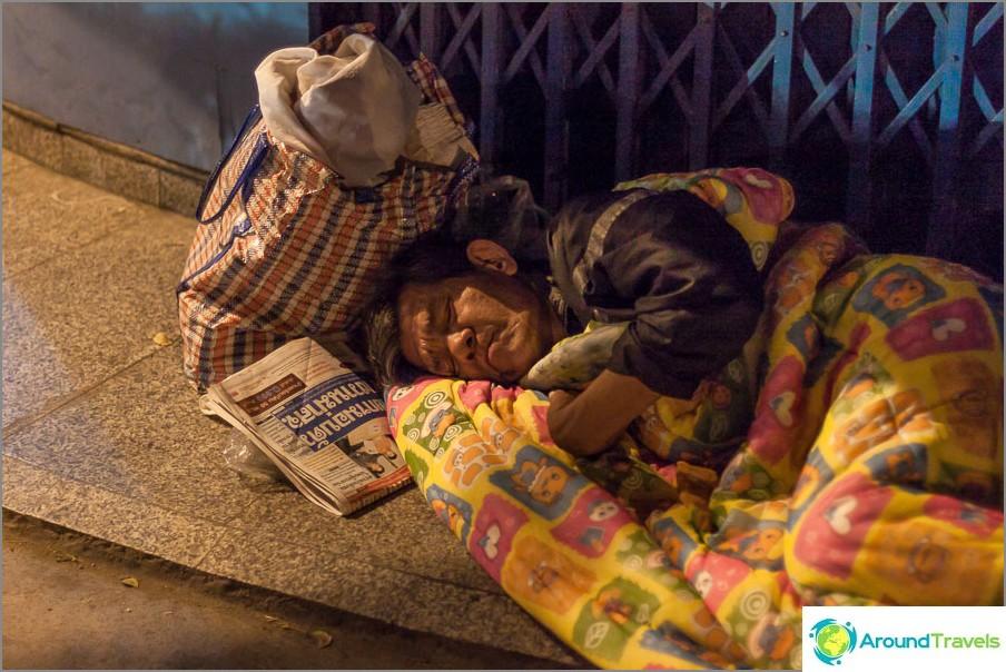 Спящи хора на улицата