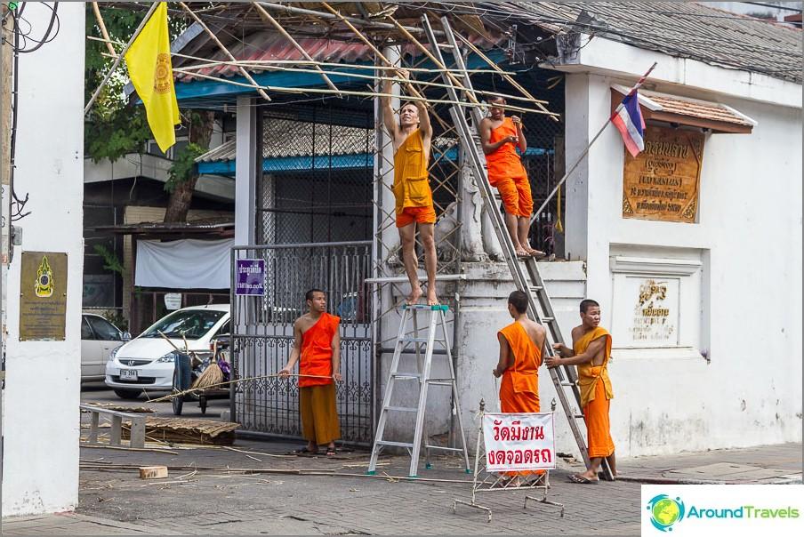 Петима монаси правят козирка на входа