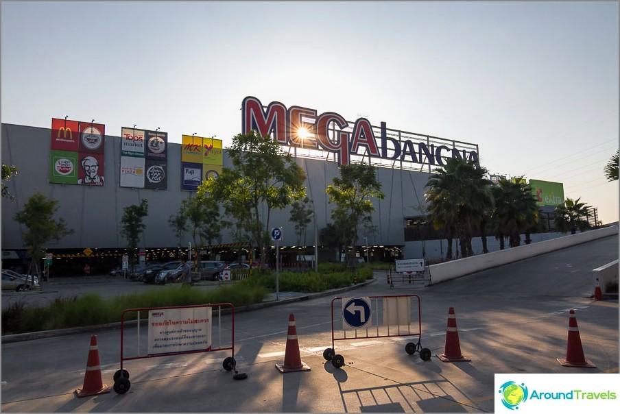 Mega Bangkokissa (kirjeet kirjoitetaan hyvin eri tavalla)