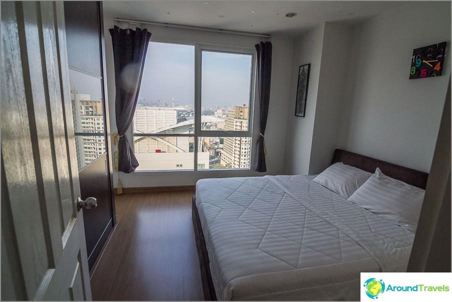 Голяма спалня с изглед към Банкок
