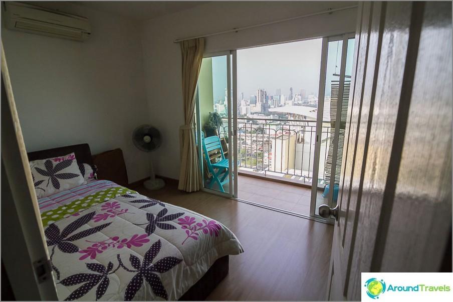 Малка спалня, но с балкон