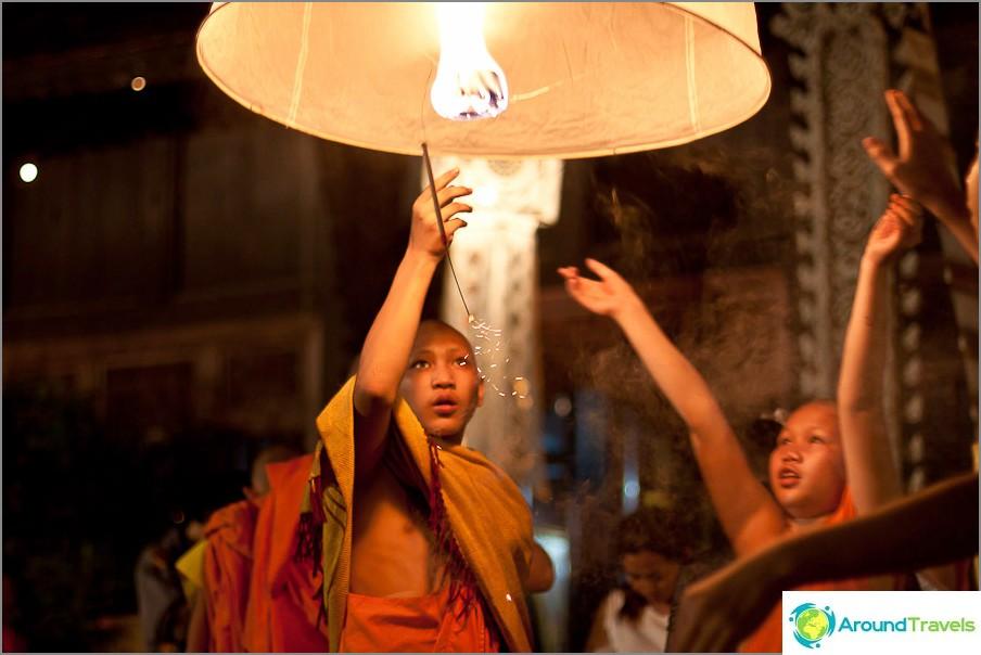 Lapset käynnistävät taivaalla lyhdyt - Loy Kratong- ja Yi Peng -festivaalit