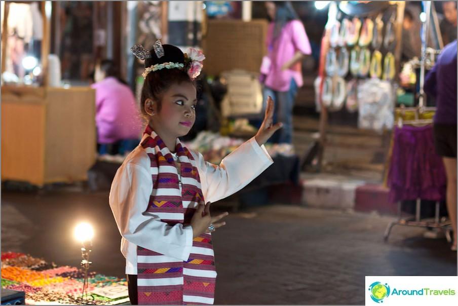 Tyttö tanssii Night Bazarilla