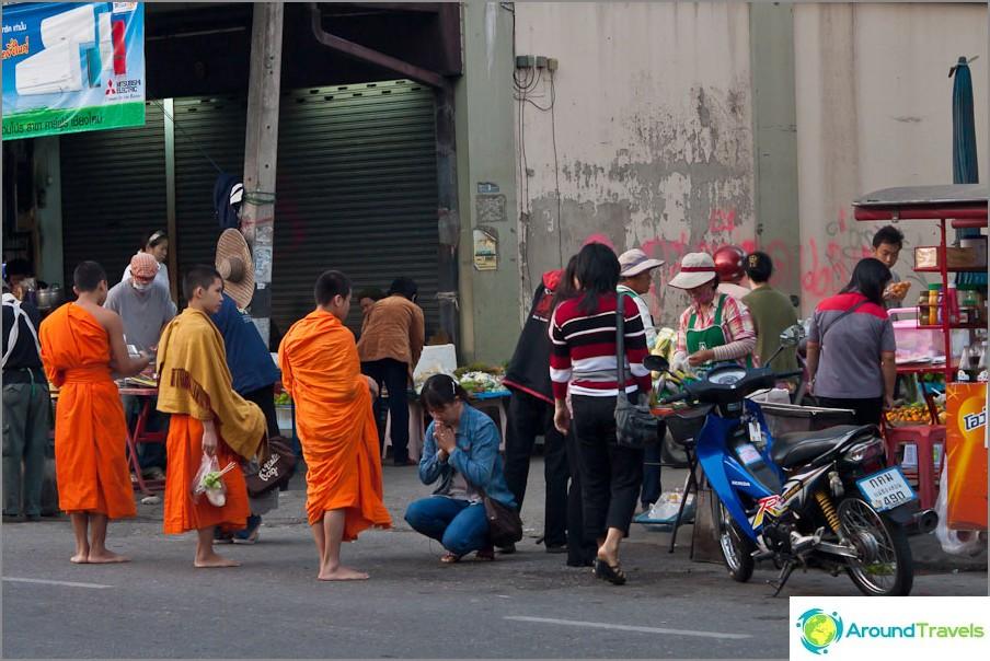 Aamuharjoitus - munkit keräävät ruokaa