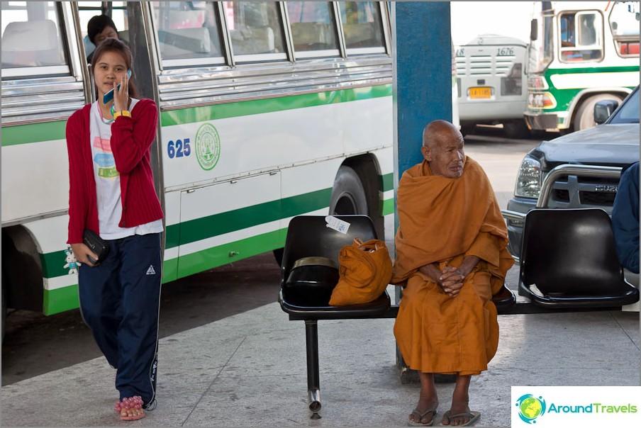 Vanha munkki linja-autoasemalla