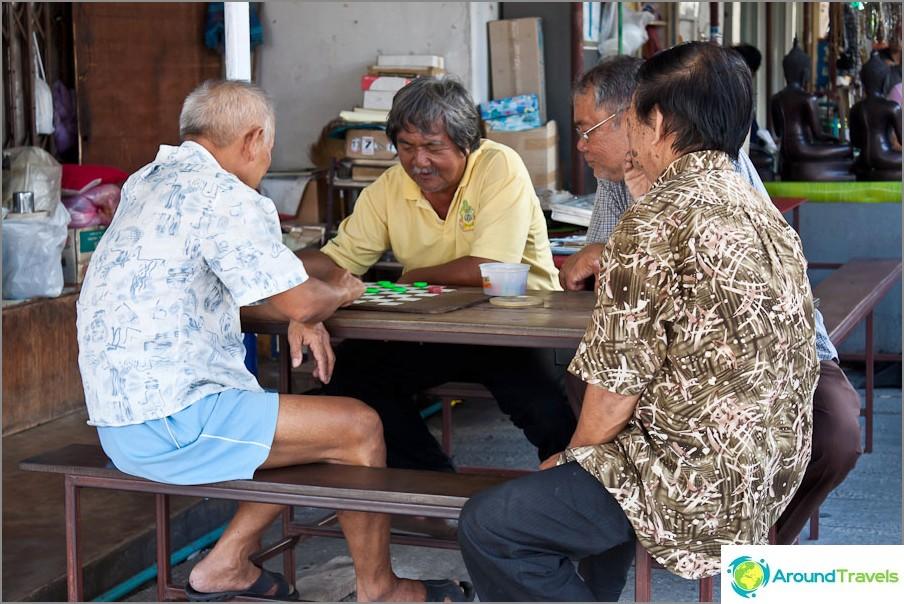 Isoisät pelaavat tammi
