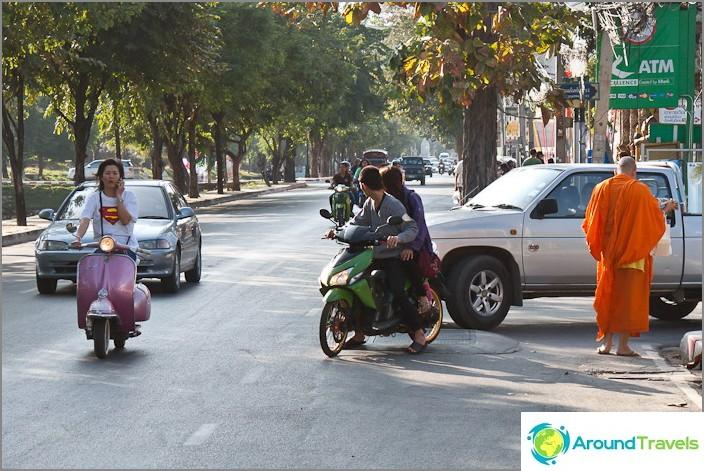 Supermanit vaeltavat kaduilla ja pyhät munkit kävelevät