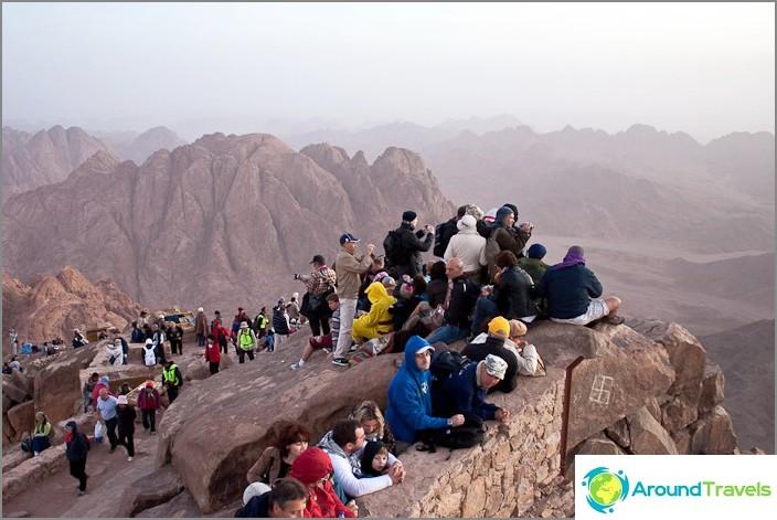 Mooseksen vuori (Siinai-vuori). Kaikki odottavat auringonnousua.