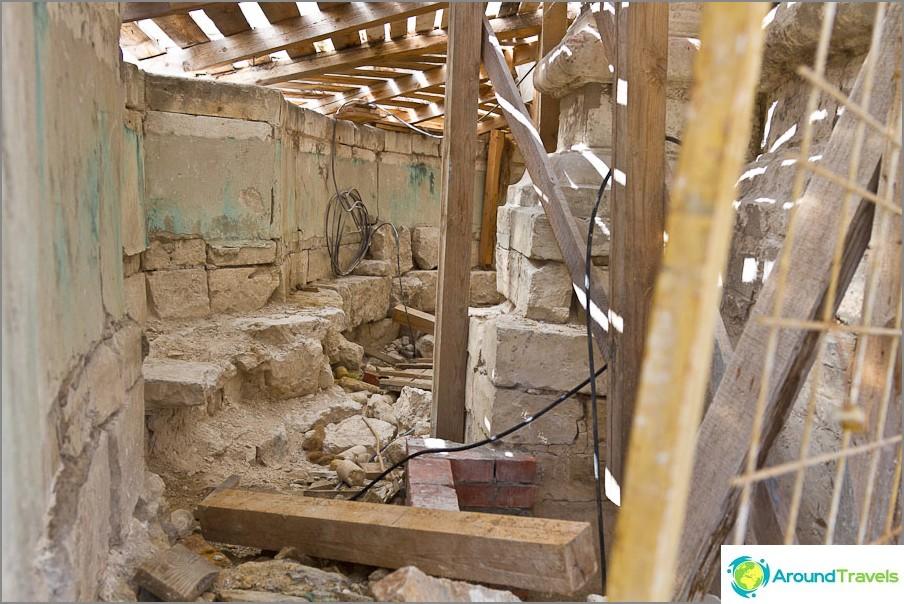 Temppelin perusta on vain 70cm, joten sen ympärillä on seinä ja vahvistuskerros
