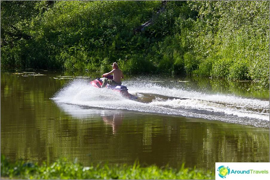 Joku on tarpeeksi älykäs ajamaan vesiskootterialalla kapeaa jokea pitkin, joka on täynnä ihmisiä