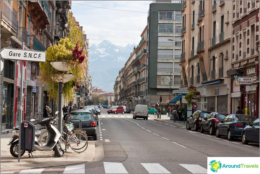 Tienviitta Grenoblen asemalle ja Ranskan Alpeille