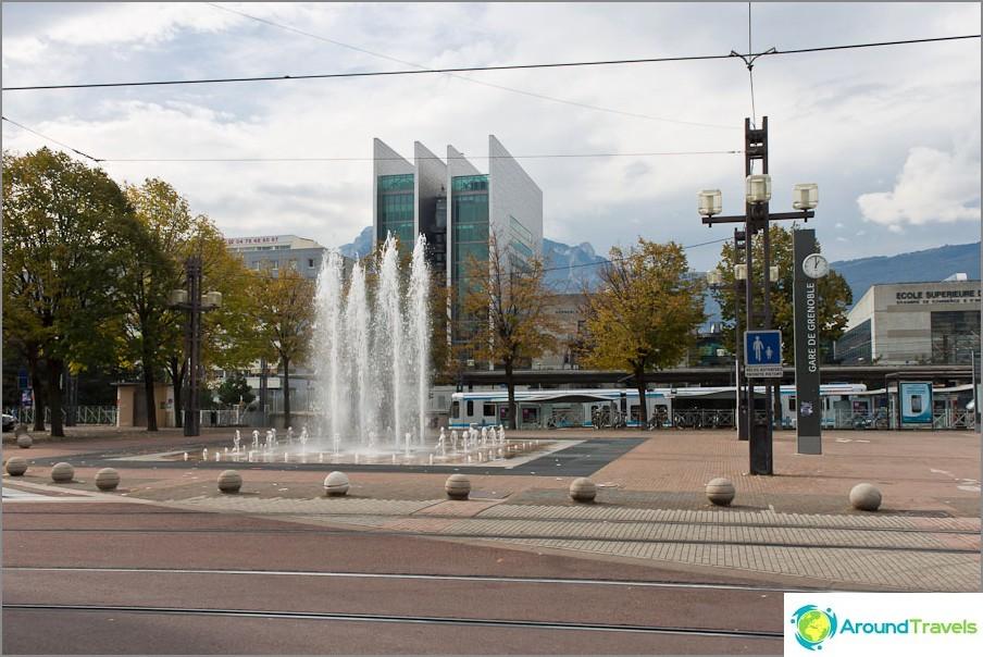 Suihkulähde lähellä Grenoble Station