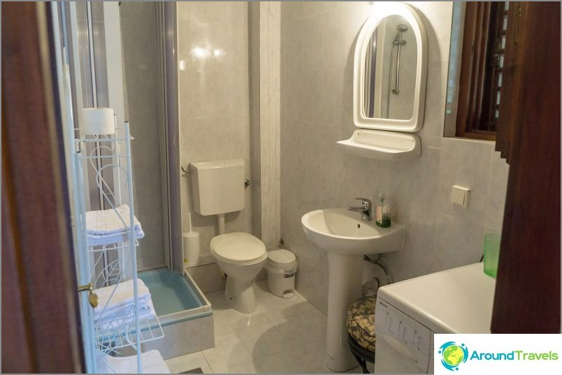 Suuri kylpyhuone, jossa pesukone