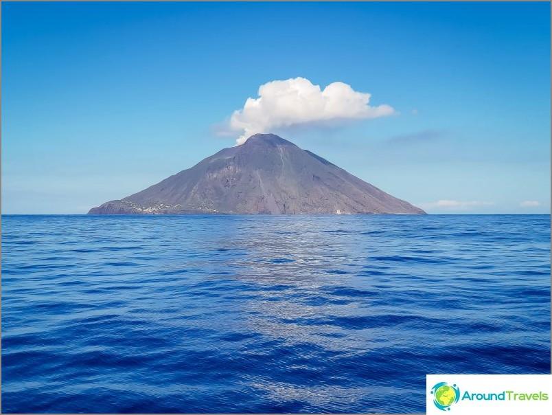 Stromboli -saari aktiivisella tulivuorella