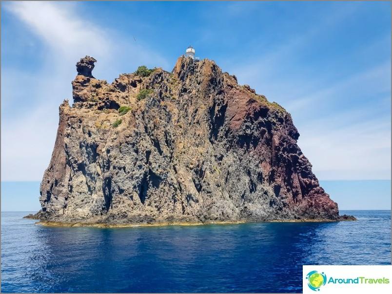 Pieni saari, jossa majakka