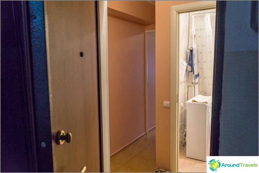 Вход в апартамента, малко антре и врата към банята