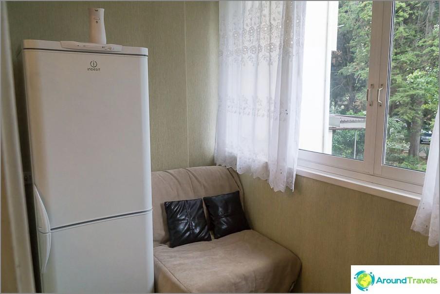 Хладилникът е на балкона, балконът в стаята, а не в кухнята