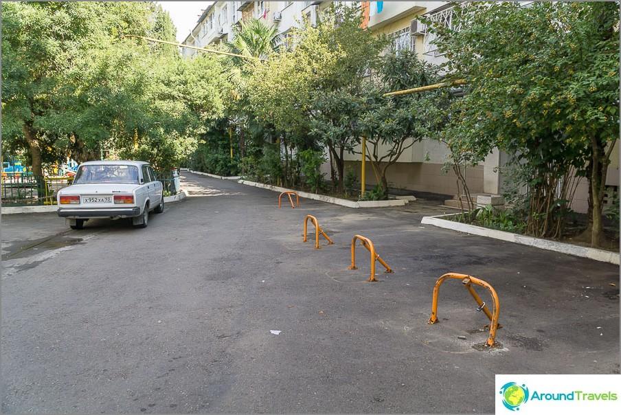 А местните жители самостоятелно изземват паркинги