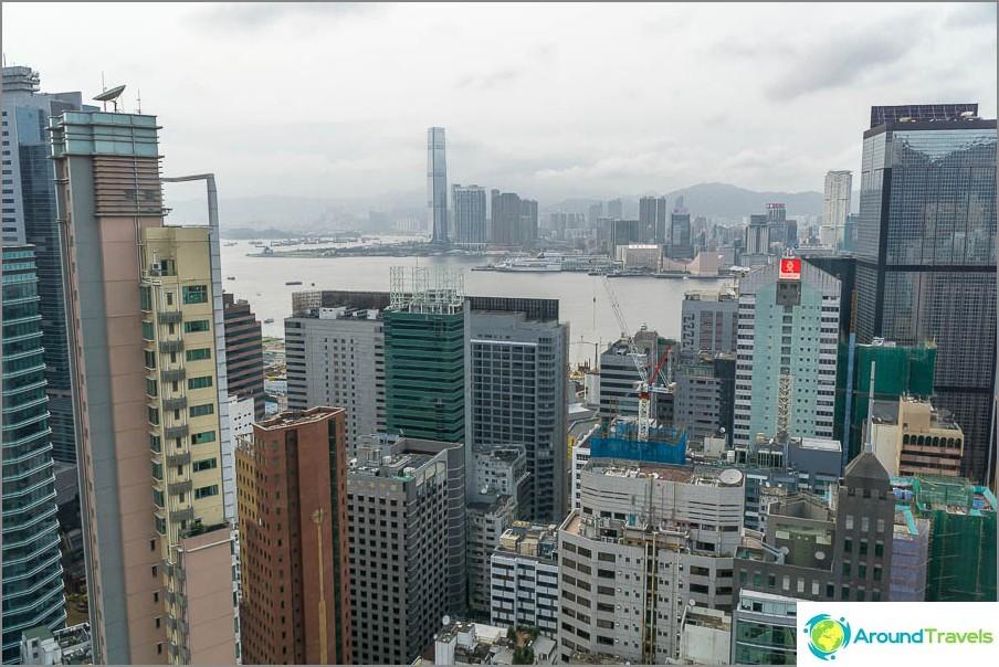Näkymä katolta 44. kerroksesta - salmi on näkyvissä