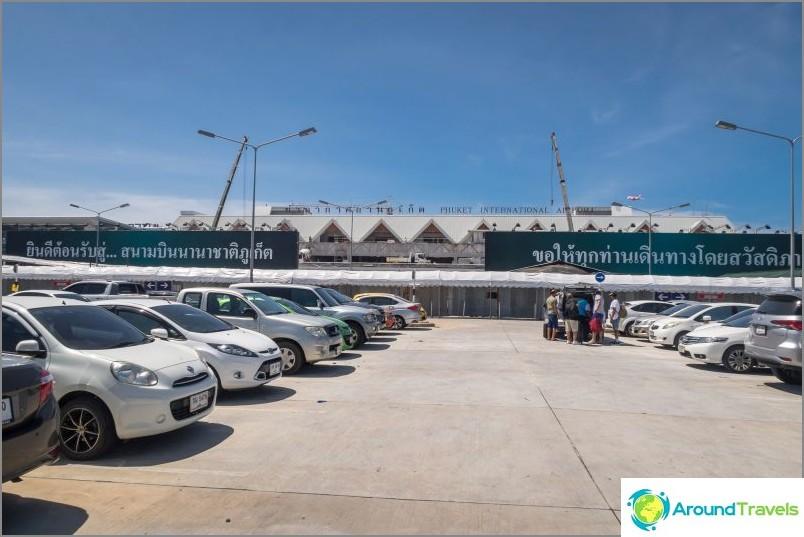 Изглед от паркинга към терминала за разширение