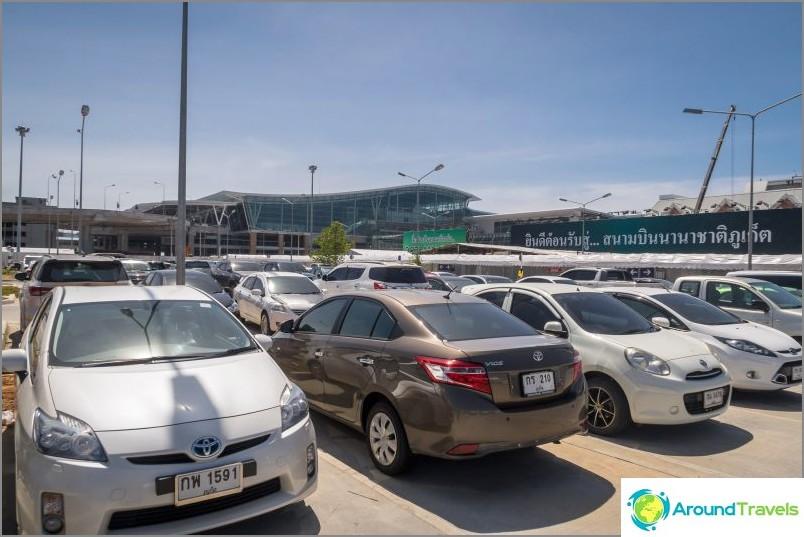 Изглед от паркинга към международния терминал