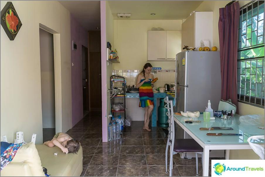 Sisäänkäynti kadulta keittiöön