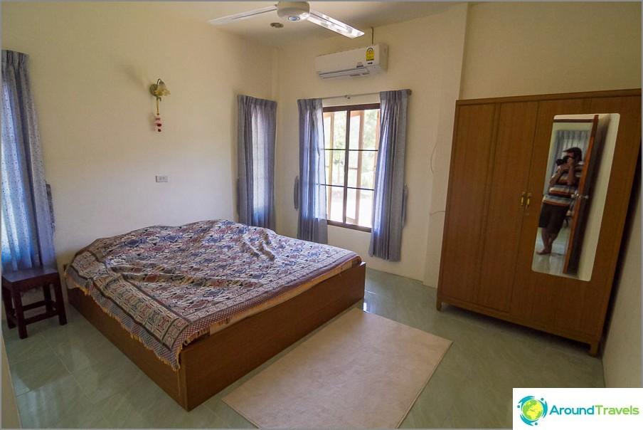 Yksi makuuhuone, jossa patja ja vaatekaappi