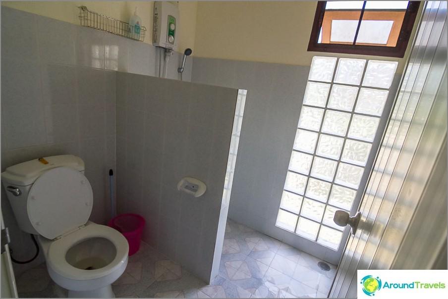 Tyypillinen kylpyhuone hetkellisellä vedenlämmittimellä