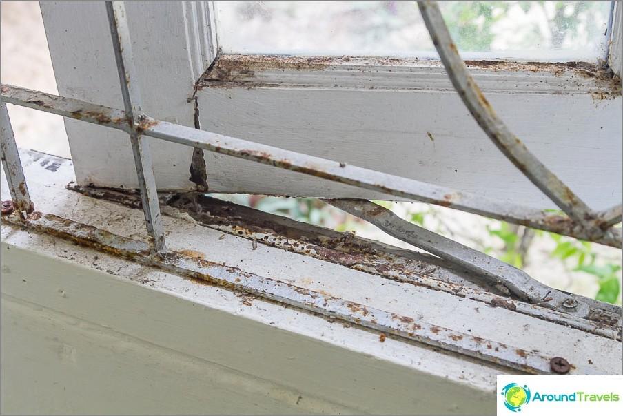 Стари и ръждясали прозорци